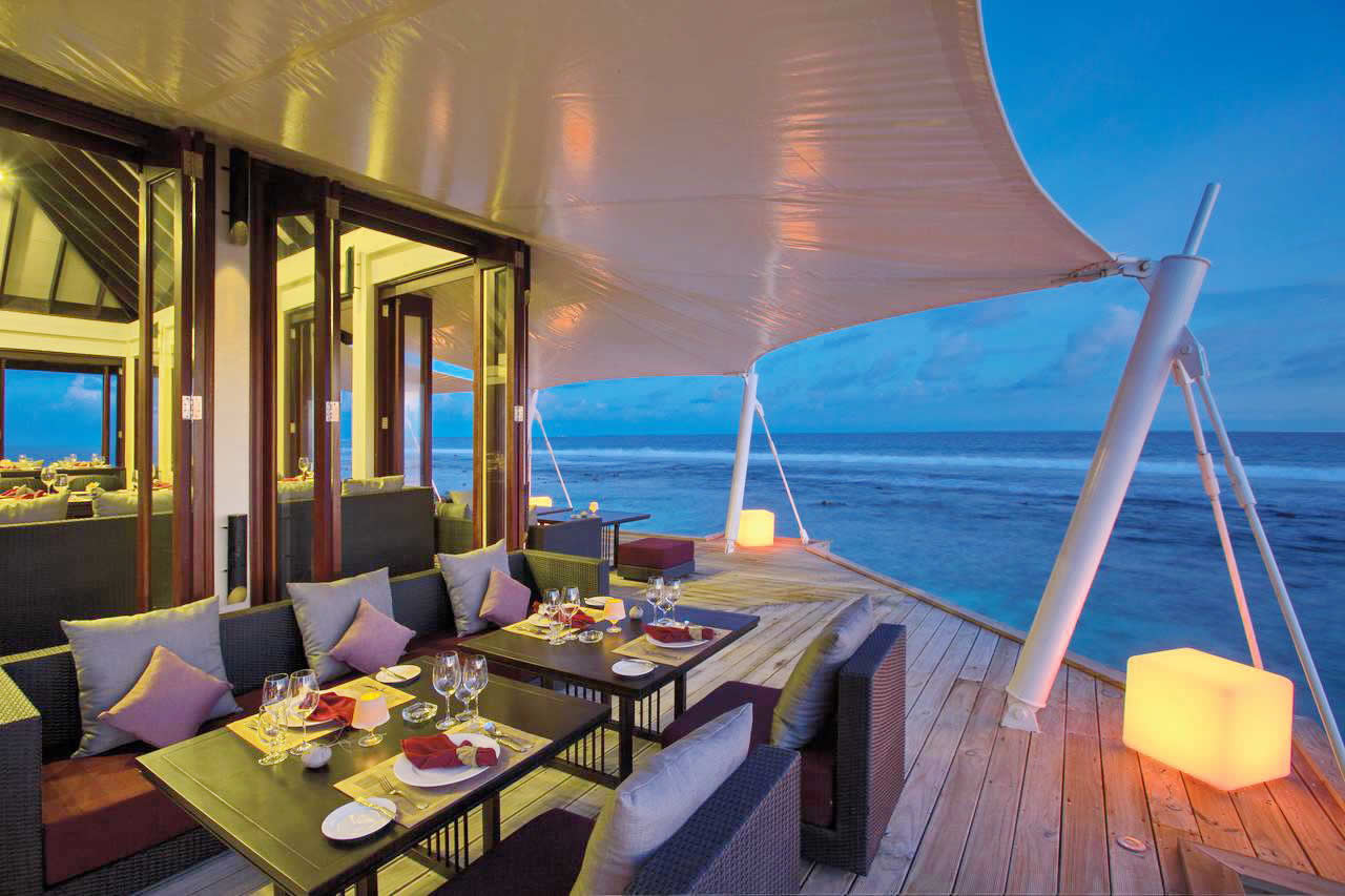 Mӧvenpick Resort Kuredhivaru Maldives restaurants and fine dining options