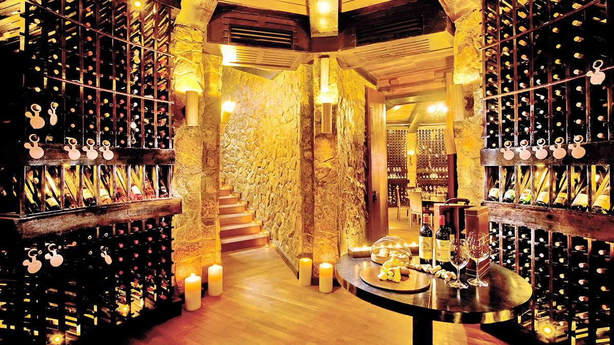 В баре The Cellar на цокольном этаже можно отведать высококачественные вина и сыры.