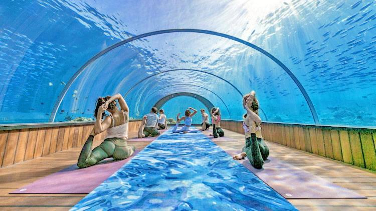 йога под водой на мальдивах