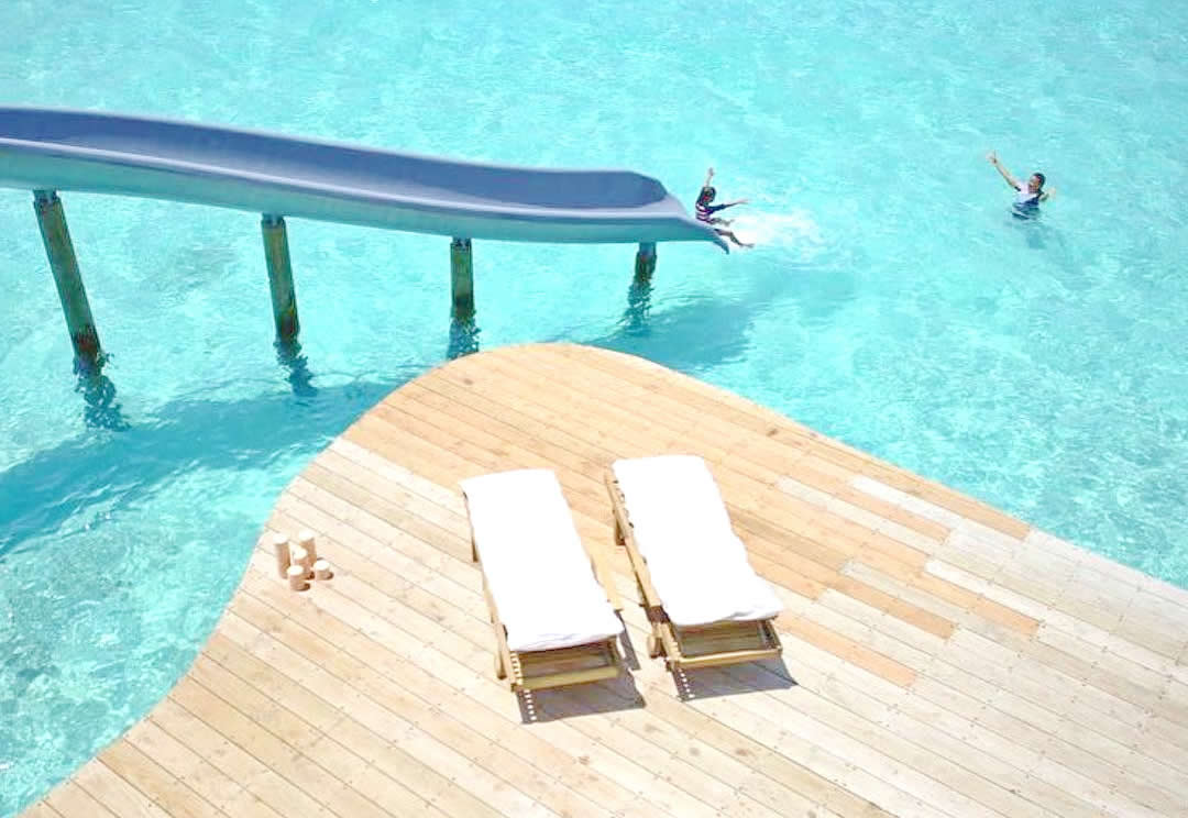 Soneva jani спальня с видом на море